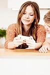 Mit gutem Beispiel voran: Eltern, legt das Handy weg!